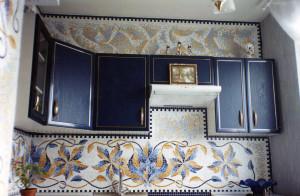 Кухня с орнаментом из мозаики